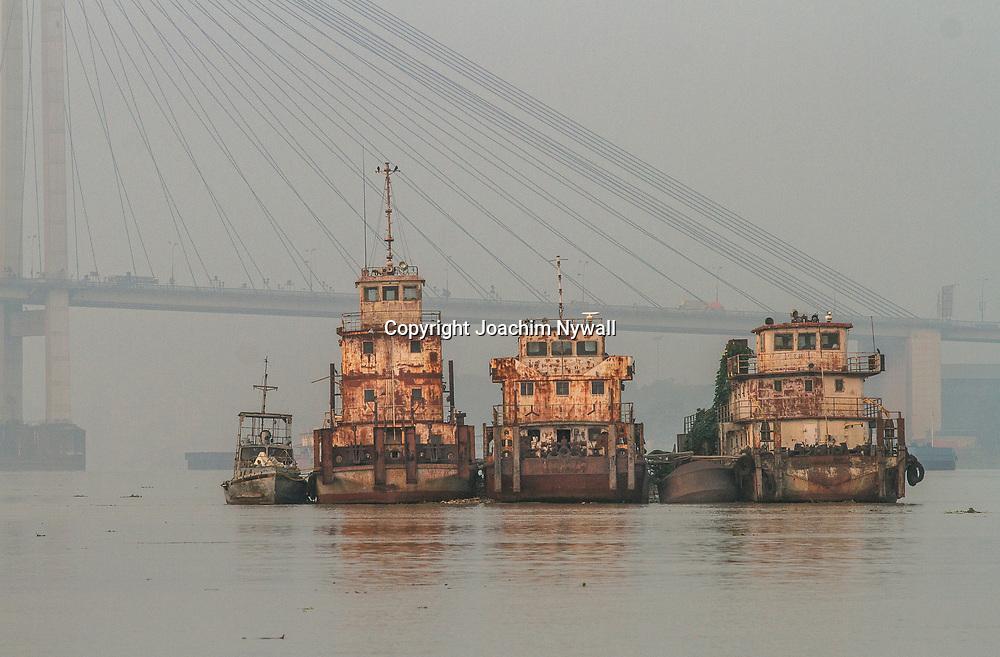 2014 10 29  Kolkata Calcutta <br /> West Bengal India Indien<br /> Malik Ghat  båtar på floden Hooghly eller Ganges<br /> <br /> <br /> ----<br /> FOTO : JOACHIM NYWALL KOD 0708840825_1<br /> COPYRIGHT JOACHIM NYWALL<br /> <br /> ***BETALBILD***<br /> Redovisas till <br /> NYWALL MEDIA AB<br /> Strandgatan 30<br /> 461 31 Trollhättan<br /> Prislista enl BLF , om inget annat avtalas.