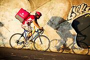 Een bezorger van Foodora rijdt met een beenprothese. In Nieuwegein wordt het NK Fietskoerieren gehouden. Fietskoeriers uit Nederland strijden om de titel door op een parcours het snelst zoveel mogelijk stempels te halen en lading weg te brengen. Daarbij moeten ze een slimme route kiezen.<br /> <br /> A messenger of Foodora rides with his leg prosthesis. In Nieuwegein bike messengers battle for the Open Dutch Bicycle Messenger Championship.