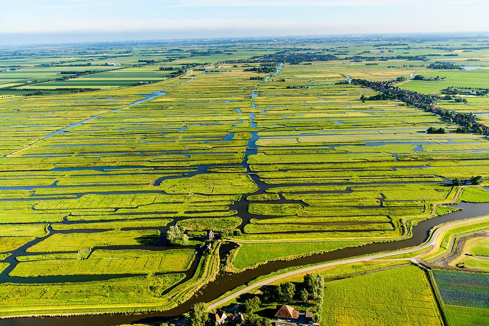Nederland, Noord-Holland, Gemeente Schermer, 13-06-2017; Grootschermer met de Eilandspolder. De Beemster aan de horizon, poldermolen De Havik (bewoond door Hans Dulfer). De Eilandspolder is een vaarland of vaarpolder (landerijen niet bereikbaar via de weg). Kenmerkend voor polder is de onregelmatige verkaveling. Natura 2000 laagveen natuurgebied.<br /> The polder Eilandspolder in the foreground has an irregular land division.<br /> luchtfoto (toeslag op standard tarieven);<br /> aerial photo (additional fee required);<br /> copyright foto/photo Siebe Swart