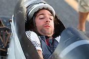 Aurelien Bonneteau van de IUT Annecy bij de start van de eerste race van de WHPSC. In Battle Mountain (Nevada) wordt ieder jaar de World Human Powered Speed Challenge gehouden. Tijdens deze wedstrijd wordt geprobeerd zo hard mogelijk te fietsen op pure menskracht. Ze halen snelheden tot 133 km/h. De deelnemers bestaan zowel uit teams van universiteiten als uit hobbyisten. Met de gestroomlijnde fietsen willen ze laten zien wat mogelijk is met menskracht. De speciale ligfietsen kunnen gezien worden als de Formule 1 van het fietsen. De kennis die wordt opgedaan wordt ook gebruikt om duurzaam vervoer verder te ontwikkelen.<br /> <br /> Aurelien Bonneteau of the IUT Annecy at the start of the first race of the WHPSC. In Battle Mountain (Nevada) each year the World Human Powered Speed Challenge is held. During this race they try to ride on pure manpower as hard as possible. Speeds up to 133 km/h are reached. The participants consist of both teams from universities and from hobbyists. With the sleek bikes they want to show what is possible with human power. The special recumbent bicycles can be seen as the Formula 1 of the bicycle. The knowledge gained is also used to develop sustainable transport.