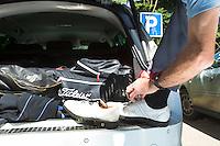 HAARLEM - Verkleden op de parkeerplaats vanuit de kofferbak van de auto. COPYRIGHT KOEN SUYK