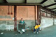 Spanje, Barcelona, 10-1-2004..Straatmuzikant probeert wat inkomen te verdienen door met een keyboard op accu muziek te maken. Armoede, straatbeeld,economie, werkloosheid..Foto: Flip Franssen