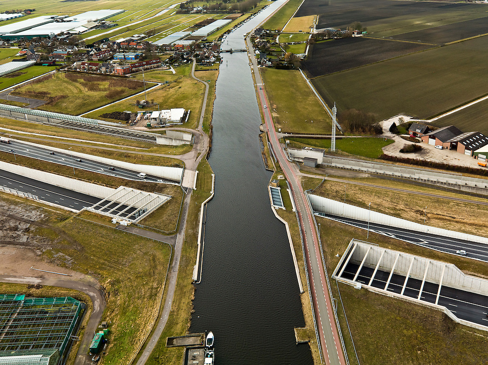 Nederland, Noord-Holland, Ringvaart Haarlemmermeer, 20-02-2012; drie parallel gelegen aquaducten onder de ringvaart van de Haarlemmermeer. Een aquaduct voor de hogesnelheidslijn HSL-Zuid, twee voor snelweg A4 - in het midden het historische (oude) aquaduct van de A4. .Three parallel aqueducts crossing the canal of Haarlemmermeer. Aqueduct for the high speed line HSL and aqueduct of motorway A4, the historic (old) aqueducts in the middle of .luchtfoto (toeslag), aerial photo (additional fee required).copyright foto/photo Siebe Swart