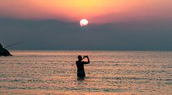 THEMENBILD - ein Tourist im Mittelmeer genießt den Sonnenaufgang und fotografiert diesen mit seinem Smartphone an einem heissen Sommertag, aufgenommen am 17. August 2018 in Larnaka, Zypern // A tourist in the Mediterranean Sea enjoys the sunrise and photographs it with his smartphone on a hot summer day, Larnaca, Cyprus on 2018/08/17. EXPA Pictures © 2018, PhotoCredit: EXPA/ JFK
