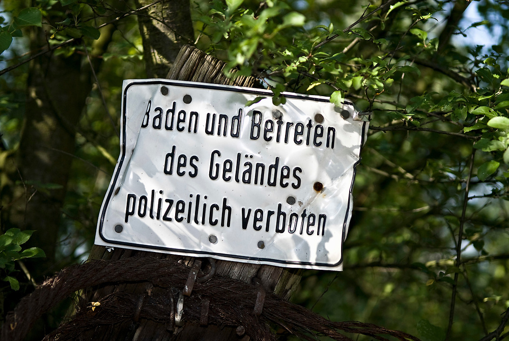 Baggersee, Hinweisschild an einem See Baden und Betreten des Geländes polizeilich verboten  |  German language  Bathing and entering the premises prohibited by the police
