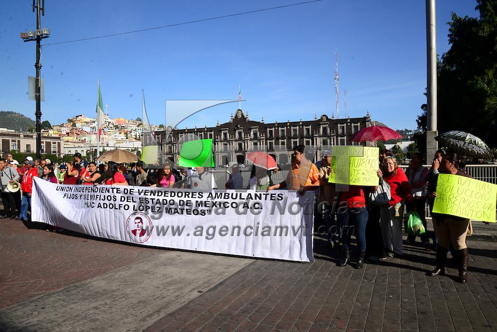 """Toluca, Méx.- Comerciantes semifijos integrantes de la asociación """"Lic. Adolfo López Mateos"""" se manifestaron frente al palacio municipal de Toluca exigiendo lugares en el centro de la capital mexiquense para vender sus productos. Agencia MVT / Crisanta Espinosa"""