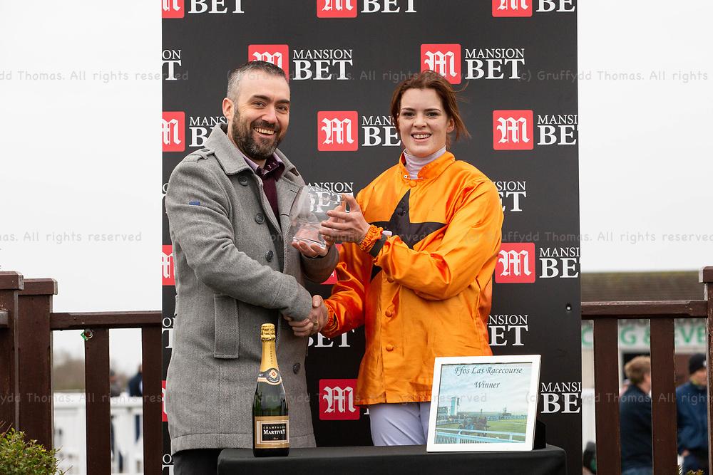 Ffos Las Racecourse, Trimsaran, Wales, UK. Monday 17 December 2018. Lizzie Kelly, winner of the Mansionbet Maiden Hurdle (Race 2)