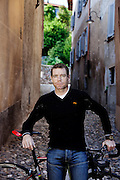 Stabio, Svizzera, il campione mondiale di ciclismo Cadel Evans. born 14 February 1977) is an Australian professional racing cyclist and winner of the 2011 Tour de France. Early in his career, Evans was a champion mountain biker, winning the World Cup in 1998 and 1999 and placing seventh in the men's cross-country mountain bike race at the 2000 Summer Olympics in Sydney...Evans turned to full-time road cycling in 2001, and gradually progressed through the ranks. He finished second in the 2007 and 2008 Tours de France. He became the first Australian to win the UCI ProTour (2007) and the UCI Road World Championships in 2009. Finally, he won the Tour de France in 2011, riding for BMC Racing Team, after two Tours riddled with bad luck.[3] At 34, he was among the five oldest winners in the race's history.