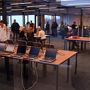 Nieuwe mediatheek bij het Huizermaatcollege Huizen, computers, leerlingen, kinderen, school, laptop,