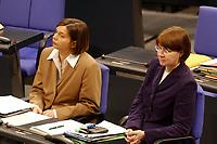 20 FEB 2003, BERLIN/GERMANY:<br /> Katrin Dagmar Goering-Eckardt, und Krista Sager, Fraktionsvorsitzender B90/Gruene, waehrend der Bundestagsdebatte zur Einsetzung einer EnqueteKommission Ethik und Recht der modernen Medizin, Plenum, Deutscher Bundestag<br /> IMAGE: 20030220-01-019<br /> KEYWORDS: Katrin Dagmar Göring-Eckardt