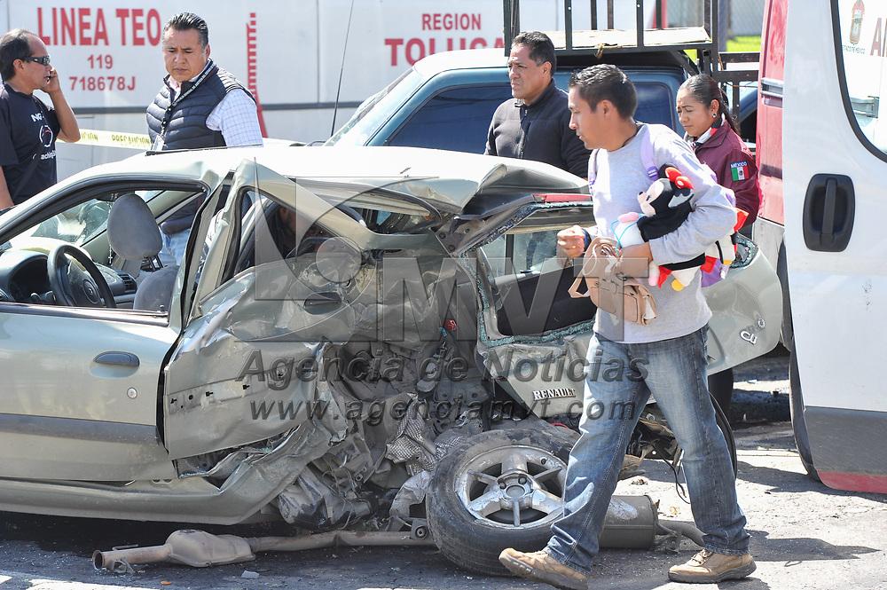 Toluca, México.- Un bebé murio y tres personas resultaron lesionadas al registrarse un choque en boulevard Aeropuerto a la altura de los hangares privados. Agencia MVT / Mario Vázquez de la Torre.