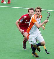 MELBOURNE -  Quirijn Caspers (r0 in duel met de Belg Xavier Reckinger  tijdens de hockeywedstrijd tussen de mannen van Nederland en Belgie (5-4) bij de Champions Trophy hockey in Melbourne. ANP KOEN SUYK