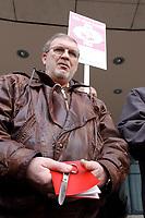 18 JAN 2002, BERLIN/GERMANY:<br /> Dietrich Neugebauer, SPD Mitglied aus Berlin wird sein Parteibuch aus Protest gegen die SPD/PDS Koalition im Berliner Abgeordnetenhaus vor dem Willy-Brandt-Haus zerschneiden<br /> IMAGE: 20020118-01-002<br /> KEYWORDS: Sozialdemokraten, Parteibuch, Parteimitglied, Demonstration