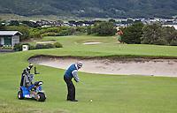 APOLLO BAY - golfer met 1 persoons buggy op de baan van Apollo Bay Golf Club COPYRIGHT KOEN SUYK