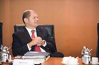20 AUG 2008, BERLIN/GERMANY:<br /> Olaf Scholz, SPD, Bundesarbeitsminister, vor Beginn einer Kabinettsitzung, Kabinettsaal, Bundeskanzleramt<br /> IMAGE: 20080820-01-019<br /> KEYWORDS: Kabinett, Sitzung