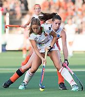 AMSTELVEEN -  Maria Lopez (Spa) met Lidewij Welten (Ned)   tijdens Nederland - Spanje (dames) bij de Rabo EuroHockey Championships 2017.  COPYRIGHT KOEN SUYK