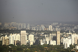 August 3, 2017 - Com baixa humidade do ar e 51 dias sem chover em São Paulo, camada de poluição continua forte sobre a cidade. Segundo meteorologistas pode ocorrer chuvas no período da tarde. (Credit Image: © Aloisio Mauricio/Fotoarena via ZUMA Press)
