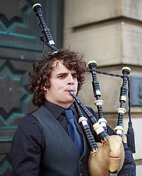 THEMENBILD - ein Dudelsackspieler in traditioneller schottischer Kleidung, Edinburgh, Schottland, aufgenommen am 06. Juni 2015 // A Bagpiper in traditional Scottish clothing, Edinburgh, Scotland on 2015/06/06. EXPA Pictures © 2015, PhotoCredit: EXPA/ JFK