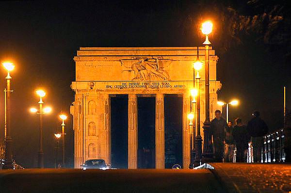 Italie, Bolzano, 8-3-2008..Monument van de overwinning aan de rand van de stad. Bolzano, Bozen, is na de eerste wereldoorlog bij Italië gevoegd en is tweetalig. De bevolking is sterk gericht op Oostenrijk...Foto: Flip Franssen