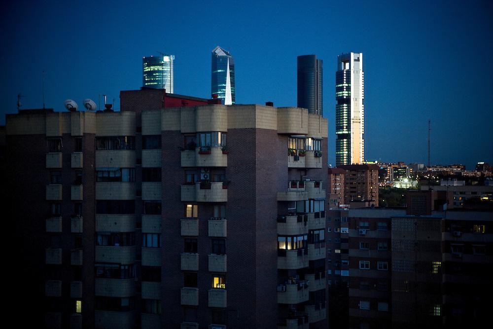 Madrid: Paisaje urbano con las modernas torres de la Castellana al fondo, refulgiendo con a luz del atardecer.