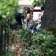 NLD/Laren/20070623 - Nicole des Bouvrie op een bankje in Laren