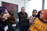 28 ARP 2005 BERLIN/GERMANY:<br /> Michael Sommer (M), Vorsitzender des Deutschen Gewerkschaftsbundes, DGB, im Gespraech mit Maedchen die Ihn anlaesslich des Girls Days in seinem Buero besuchen, Deutscher Gewerkschaftsbund<br /> IMAGE: 20050428-01-013<br /> KEYWORDS: Mädchen, Jugendliche, Jugend, Gespräch