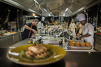 Pensée comme un « lieu social » favorisant les rencontres,  avec sa cuisine ouverte, son espace privé, son bar, sa vinoteca et sa terrasse, la brasserie FR\AME se distingue par la créativité du chef Andrew Wigger et la vision intemporelle de l'architecte d'intérieur et scénographe Christophe Pillet.<br /> À eux deux, ils ont réussi à transposer l'esprit West Coast dans un environnement parisien.<br /> C'est également le plus grand potager parisien avec, en plus, ses poules et ses abeilles.<br /> Directement du producteur au consommateur.<br /> Left: Andrew Wigger