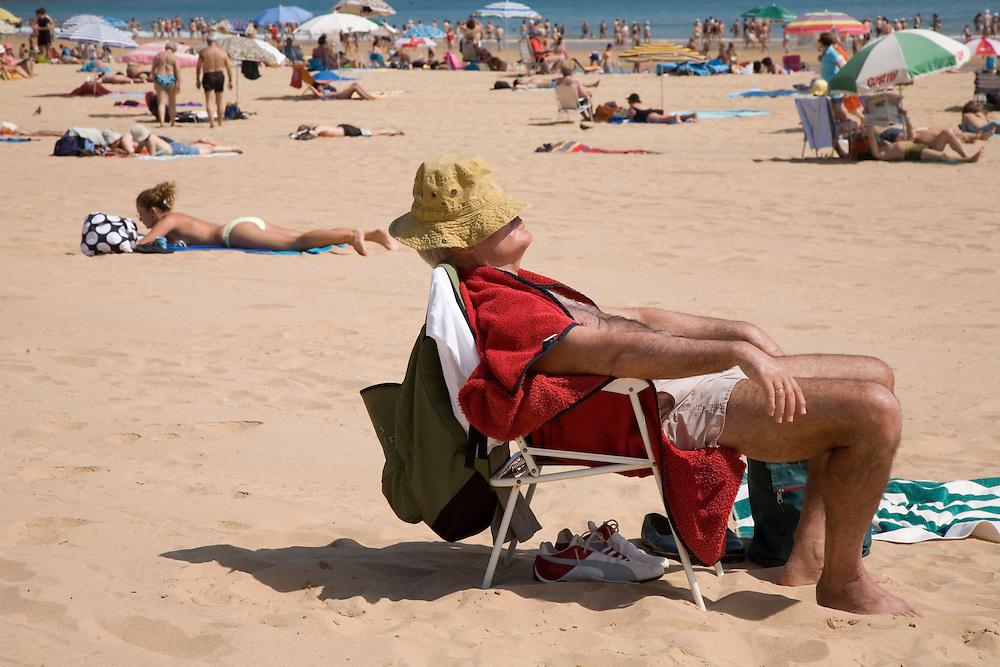 29 / JULIO / 2008  Santander<br /> Cuidado con la siesta en la playa<br /> <br /> © JOAN COSTA