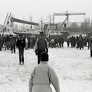 NLD/Huizen/19910210 - Schaatsen op de aanloophaven Huizen welke geheel is dichtgevroren
