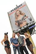 BNN-presentatrice Nicolette Kluijver poseert woensdag langs de A10 in Amsterdam bij een billboard met de cover van het nieuwe nummer van het blootblad. Kluijver poseerde voor een naaktreportage op voorwaarde dat ze het reilen en zeilen achter de schermen mocht vastleggen voor het programma 'Spuiten en Slikken'. <br /> <br /> op de foto:  Nicolette Kluijver en hoofdredacteur Jan Heemskerk