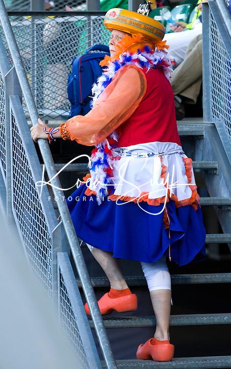 DEN HAAG - Toeschouwer als kaasmeisje na de halve finale wedstrijd tussen de mannen van Nederland en Engeland voor de World Cup Hockey 20124. ANP KOEN SUYK