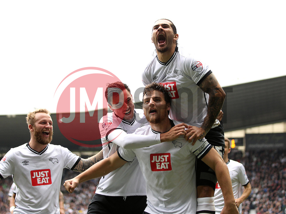 Chris Martin of Derby County celebrates scoring the opening goal with his teammates - Mandatory byline: Robbie Stephenson/JMP - 07966 386802 - 18/10/2015 - FOOTBALL - iPro Stadium - Derby, England - Derby County v Wolverhampton Wanderers - Sky Bet Championship