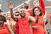 De jaarlijkse Canal Parade is onderdeel van de Amsterdam Gay Pride. Tijdens dit evenement vieren lesbiennes, homos, biseksuelen en transgenders (LHBT) dat ze mogen zijn wie ze zijn en mogen houden van wie ze willen. <br /> <br /> The annual Canal Parade is part of the Amsterdam Gay Pride. During this event lesbians, homosexuals, bisexuals and transgenders (LGBT) celebrate that they can be who they are and are allowed to love who they want.<br /> <br /> Op de foto / On the photo:  Everon Jackson Hooi