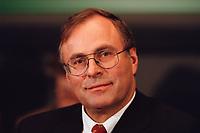 20 JAN 2000, BERLIN/GERMANY:<br /> Volker Neumann, MdB, SPD, Vorsitzender Parl. Untersuchungsausschuss zur Aufklärung der Parteispendenaffäre, während einer Pressekonferenz zur Sitzung des Ausschusses, Deutscher Bundestag, Reichstag<br /> IMAGE: 20000120-02/02-08