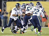 NFL / National Football League<br /> Super Bowl<br /> 02.02.2014<br /> Foto: imago/Digitalsport<br /> NORWAY ONLY<br /> <br /> Russell Wilson (front L) of the Seattle Seahawks hands off the ball during the NFL American Football Herren USA Super Bowl XLVIII football game against the Denver Broncos in New Jersey, the United States, Feb. 2, 2014. Seattle Seahawks won 43-8.
