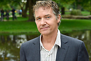 Persviewing SBS 6 Dokter Tinus & Bureau Raampoort in het Vondelpark, Amsterdam.<br /> <br /> op de foto:  Thom Hoffman