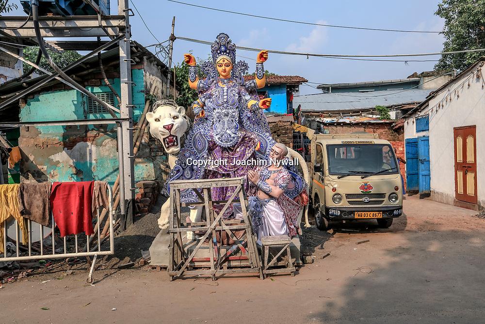 20171028 Kolkata Calcutta Indien<br /> Kumartuli<br /> Stadsdelen där man gör alla skulpturer och statyer till festivaler och tempel<br /> Otroligt duktiga hantverkare och konstnärer<br /> <br /> ----<br /> FOTO : JOACHIM NYWALL KOD 0708840825_1<br /> COPYRIGHT JOACHIM NYWALL<br /> <br /> ***BETALBILD***<br /> Redovisas till <br /> NYWALL MEDIA AB<br /> Strandgatan 30<br /> 461 31 Trollhättan<br /> Prislista enl BLF , om inget annat avtalas.