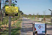 Nederland, Otterlo, 23-4-2020  Vakantiepark Europarcs resort op de Veluwe de Wije Werelt verbiedt mensen via hun park naar natuurgebied het Mosselse Zand te gaan wegens het coronavirus, covid19 . Ook de parkeerplaats is afgesloten .Foto: Flip Franssen
