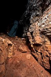 Castellaneta, marzo 2013.La Gravina di Castellaneta (o Gravina Grande) è una gravina che si estende per una decina di chilometri con svariate anse, e che risulta profonda nel suo punto massimo 145 m e larga circa 300 m. Presenta pareti molto ripide, quasi verticali, e lungo il suo percorso sono visibili tracce di insediamenti archeologici e di rilevanza storica, nonché grotte ed insediamenti rupestri...La Gravina di Castellaneta (TA) è tra le più suggestive della Terra delle Gravine per la varietà di ambienti e le dimensioni. Nasce in prossimità del ponte ferroviario della Renella a Nord-Ovest di Castellaneta, in corrispondenza di una canalizzazione artificiale che raccoglie le acque del canale Lummo, e prosegue verso sud dove confluiscono anche le gravine di Santo Stefano e di Coriglione. È costeggiata da parti pianeggianti messi a coltura, per cui attualmente le aree di vegetazione spontanea coincidono quasi esclusivamente con il ciglio della gravina stessa. L'area è tutelata dal 1987 con oasi di protezione ed sono in corso le procedure per l'attivazione del Parco delle Gravine che interesserà i territori delle province di Taranto, Matera e Bari..La parte a Nord di Castellaneta è la più semplice da visitare, poiché le pareti sono con pendenze più dolci. Nel tratto in prossimità del centro storico, le pareti divengono verticali ed inaccessibili (non a caso è stata scelta tale posizione per la costruzione del paese), con molte anse. Le anse si accentuano in zona Punta del Capillo (nei pressi dell'omonimo vicolo) che è uno dei tratti più suggestivi. In una di queste anse è presente sul fondo della gravina il laghetto (che nel periodo estivo diventa un piccolo stagno) di Sant'Elia, notevole dal punto di vista faunistico. A sud-est di Castellaneta le pareti diventano più accessibili e dopo qualche chilometro dal ponte della SS 7 Via Appia la gravina si trasforma in lama, fino a far sfociare i suoi torrenti stagionali nel fiume Lato...La macchia mediterranea presente ne