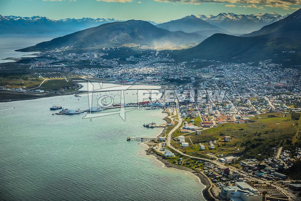 Vista aérea do Ushuaia - panorâmica da cidade e zona portuária com Cordilheira dos Andes ao fundo. FOTO: Jefferson Bernardes/ Agência Preview