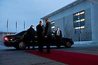 16 JAN 2009, BERLIN/GERMANY:<br /> Wladimir Putin (L), Ministerpraesident Russland, und Angela Merkel (R), Bundeskanzlerin, Empfang mit militaerischen Ehren, Ehrenhof, Bundeskanzleramt<br /> IMAGE: 20090116-01-009<br /> KEYWORDS: Vladimir Putin, Handshake, Begruessung, Begrüssung
