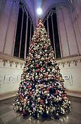 Nederland, Nijmegen, 19-12-2019 In en rond de stevenskerk is kerstversiering aangebracht. In de kerk staat ook een kerstkribbe, kerststal . Foto: Flip Franssen