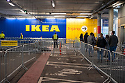 Ikea bezoekers in de rij tijdens de coronacrisis.