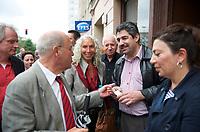 DEU, Deutschland, Germany, Berlin, 19.08.2013:<br />Azize Tank (M), Direktkandidatin für die Partei DIE LINKE im Wahlkreis Tempelhof-Schöneberg, und Gregor Gysi (L), Fraktionsvorsitzender DIE LINKE, im Gespräch mit einem türkischen Geschäftsinhaber während eines Kiez-Spaziergangs in Schöneberg.