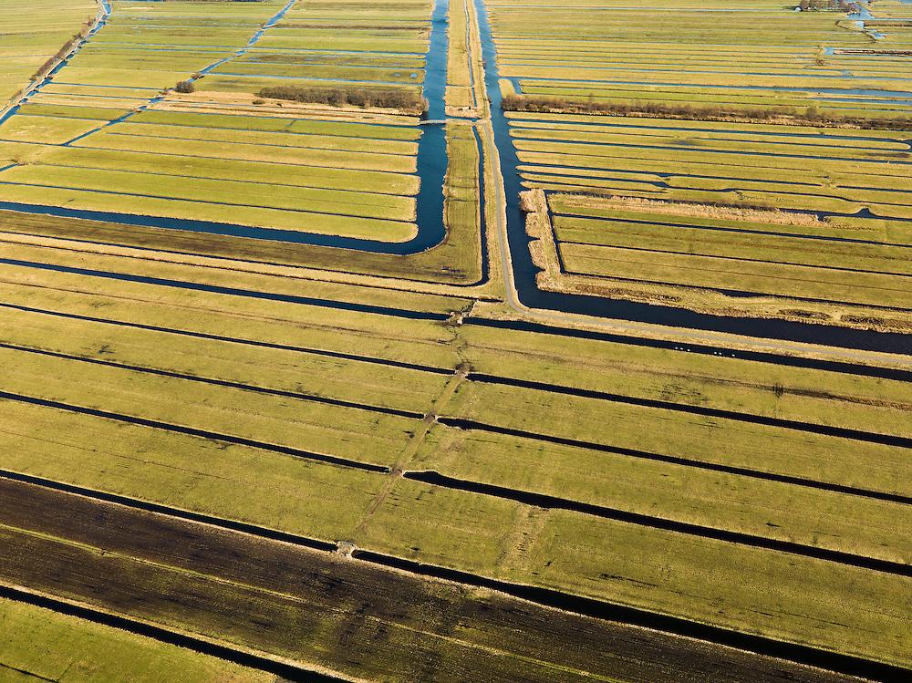 Nederland, Zuid-Holland, Gemeente Bergambacht, 20-02-2012; Krimpenerwaard met Polder Zuidbroek (voorgrond) en Polder Benedenkerk. Kenmerkend voor de inrichting van de polder zijn de regelmatig gevormde ontginningsblokken, zogeheten cope-ontginningen. Het water in het midden is de Ringsloot (Slingerkade), gegraven rond 1800 in het kader van de voorbereiding van het afgraven van veen. Door de tegenvallend kwaliteit van het veen is de veenderij echter gestaakt..Krimpenerwaard with Polder Zuidbroek (foreground) and Polder Benedenkerk. .Characteristic for the 'design' of the polder are the regularly shaped reclamation blocks, known as cope reclamations. The water in the middle is the Ringsloot (ring ditch), excavated in 1800 in preparation for the excavation of peat. Because of the disappointing quality of the peat bog, however, the was discontinued..luchtfoto (toeslag), aerial photo (additional fee required);.copyright foto/photo Siebe Swart.