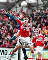 98110301Vidar Evensen, Kongsvinger, i duell med Ole Petter Skonnord, Kjelsås, på Grefsen stadion i kvalifiseringskamp for Tippeligaen 1999. (Foto: Peter Tubaas)