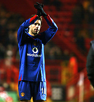 Photo: Chris Ratcliffe.<br />Charlton Athletic v Manchester United. The Barclays Premiership. 19/11/2005.<br />Ruud Van Nistlerooy applauds Utd faithful