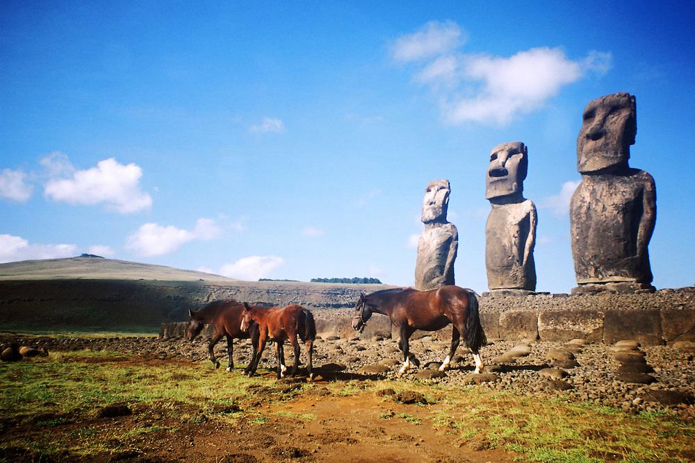 Cimarrones | Caballos salvajes y Moais en Isla de Pascua / Rapa Nui / Chile.<br /> <br /> Cimarrones | Moais and wild horses in Easter Island / Rapa Nui / Chile.<br /> <br /> Edición de 10 | Víctor Santamaría.