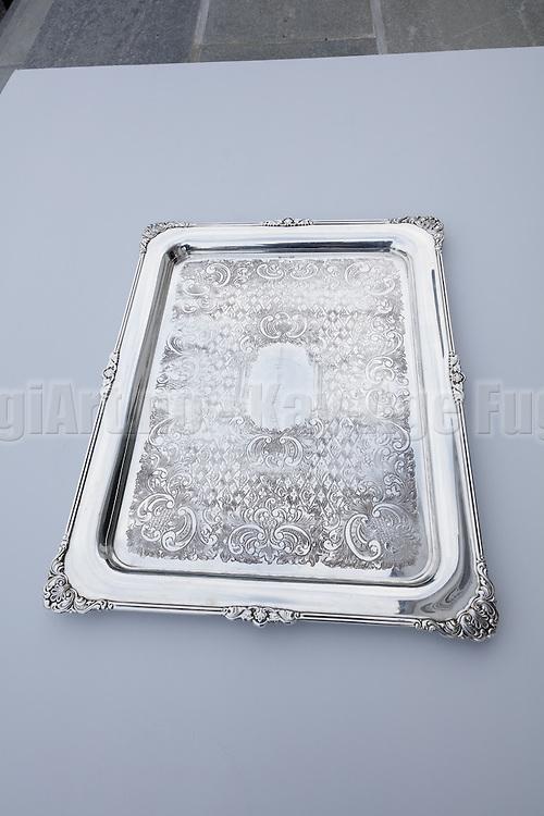 Sølvtøy fotografert utendørs med dagslys som belysning.