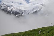 Bergweg auf Busenbrand mit sicht auf die Berner Alpen im hinteren Lauterbrunnental